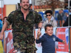 Hermann Lei mit Sohn am Waffenlauf über 42 km